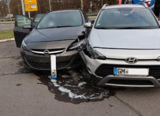 Beim Einfahren in den Kreisverkehr in Wiehl kam es zum Unfall. Ein Fahrer wurde schwer, der andere leichtverletzt. Foto: Polizei Oberberg