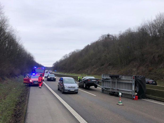 Unfall auf der A535: Gespann schleuderte über die Autobahn. Foto: Feuerwehr Velbert