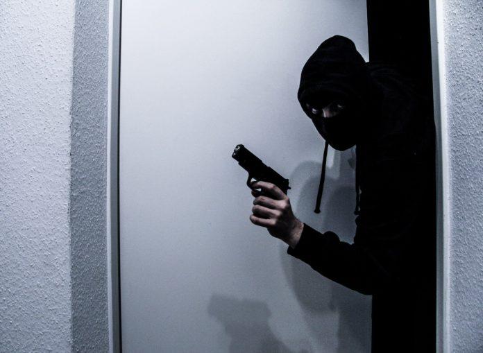 Wird bei einem Raubüberfall eine Waffe oder ein gefährliches Werkzeug verwendet, ist die Strafe nicht unter fünf Jahren Gefängnis. Symbolbild.