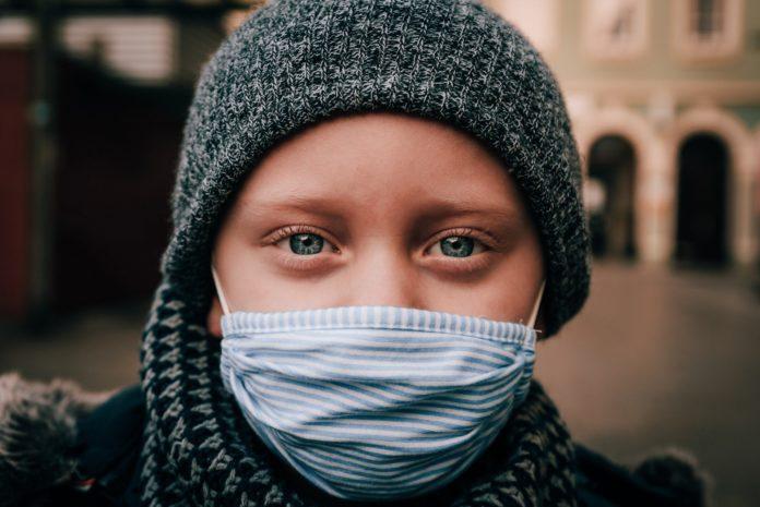 Symbolbild: Kind mit Maske.