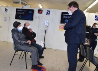 Landrat Olaf Schade im Gespräch mit Hedwig Brand und ihrem Sohn Karl-Ulrich. Die 99-jährige Breckerfelderin war an Tag 1 die älteste Bürgerin, die geimpft wurde. Foto: UvK/Ennepe-Ruhr-Kreis