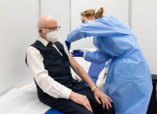 Gerhard Jakschas bei seiner Corona-Erstimpfung. Bildquelle: Rheinisch-Bergischer Kreis/Joachim Rieger