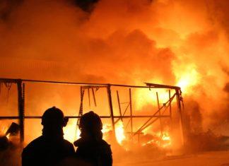 Symbolfoto: Nächtliches Feuer, komplett ausgebrannt.