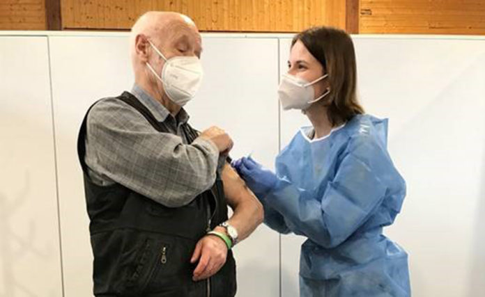 Der 81-jährige Remscheider Rudi Greinacher erhielt im Impfzentrum Remscheid von Impfärztin Kira Decius als einer der Ersten seine erste Corona-Schutzimpfung. Bildnachweis: Viola Juric.