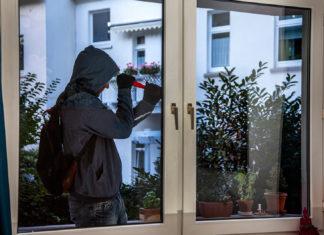 Einbrecher bei der Arbeit. Symbolbild: Polizei NRW