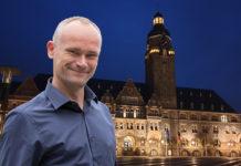 David Schichel, Fraktionsvorsitzender B90/Die GRÜNEN Remscheid vor dem Remscheider Rathaus. Collage: Sascha von Gerishem