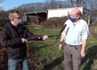 Der pädagogische Leiter der Natur-Schule Grund, Diplom-Biologe Jörg Liesendahl (links), wird für rs1.tv von Sascha von Gerishem (ganz links) interviewt. Screenshot: rs1.tv