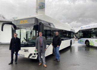 RVK-Geschäftsführer Marcel Frank, Landrat Stephan Santelmann, Aufsichtsratsvorsitzender der RVK, und Gregor Mauel als örtlicher Gebietsleiter nehmen den ersten Solaris Bus für die RVK in Betrieb. Foto: Regionalverkehr Köln GmbH