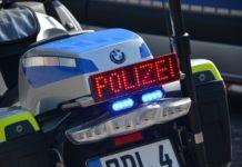 "Polizei: ""Stop"" oder ""Bitte folgen"". Foto: Maximilian Weber"