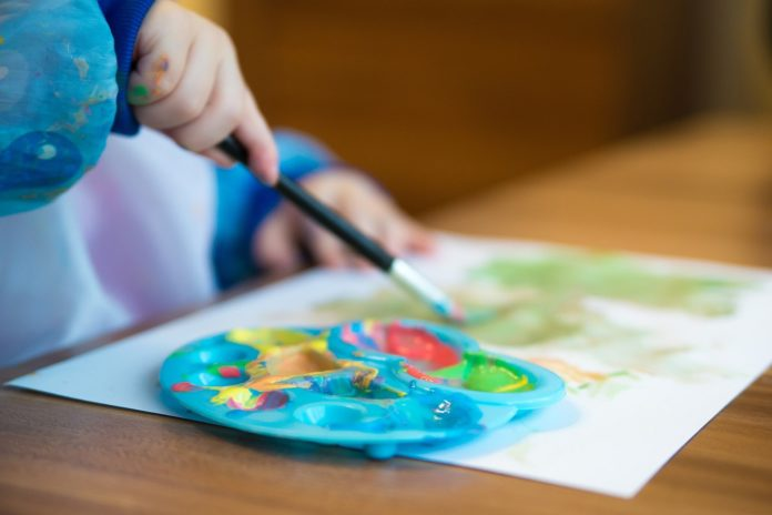 Kreative Beschäftigung für Kinder: Malen.