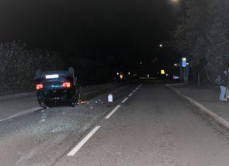 Unfall in Bergisch Gladbach: Geparktes Auto übersehen und auf dem Dach gelandet. Foto: Polizei RheinBerg