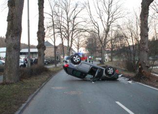 Ein 80-Jähriger aus Lindlar fuhr ohne Fremdeinwirkung gegen einen Baum, dadurch landete das Fahrzeug auf dem Dach. Foto: Polizei RheinBerg