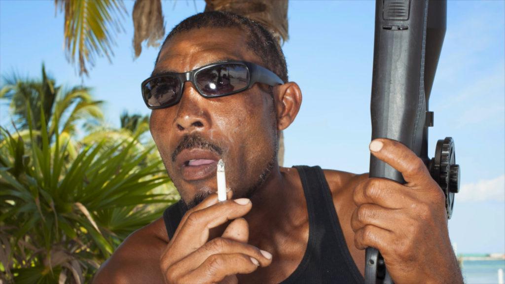 Bis an die Zähne bewaffnet: In Belize wird John McAfee stets von zahlreichen Bodyguards begleitet. Diese rekrutiert er mitunter aus Straßengangs. ©ZDF/Showtime Networks