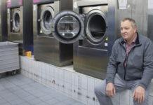 Lutz Hausmann hat die Wäscherei in Falkensee Brandenburg aufgebaut. Die Corona-Krise bereitet ihm den größten wirtschaftlichen Einbruch seit der Gründung der Wäscherei vor 30 Jahren. Die meisten Angestellten sind in Kurzarbeit. ©ZDF/Enrico Demurray