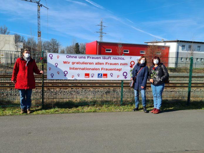 Aktion des Arbeitskreises sozialdemokratischer Frauen zum Weltfrauentag in Remscheid: Dr. Gerhilt Dietrich, Sabine Krause-Janotta und Regine Youssofi (v.l.) mit Banner