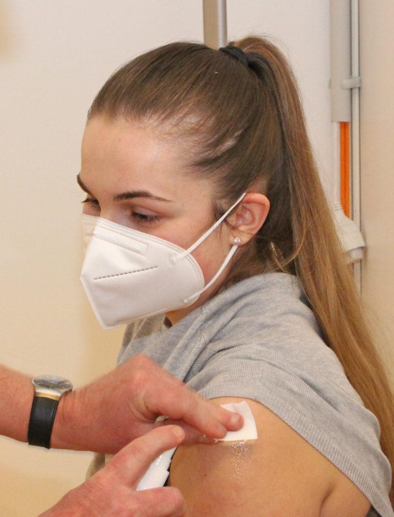 """Die zahnärztliche Fachangestellte Diana Muresan (Zahnarztpraxis Dr. Hammer) lässt sich impfen, """"weil ich hoffe, dass wir wieder unser altes Leben führen können, wenn sich viele Menschen impfen lassen."""" Foto: OBK"""