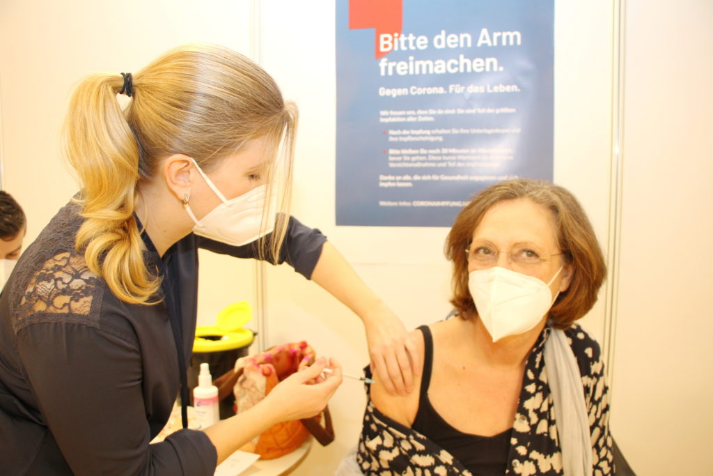 """Dr. Susanne Flock: """"Ich vertraue dem Vektor-Impfstoff."""" Foto: OBK"""