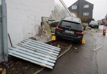 Einsturzgefahr: In Wermelskirchen raste ein BMW in eine Hauswand und muss dort zunächst verbleiben, damit das Haus nicht einstürzt. Foto: Polizei RheinBerg