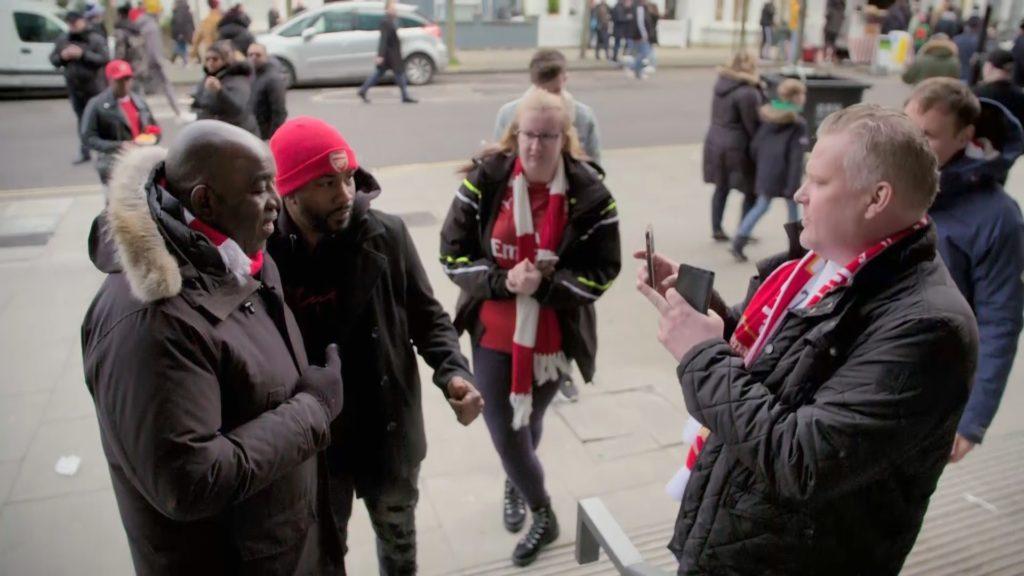 Robbie Lyle sucht den Austausch mit den Fans. Er befürchtet ein Wiedererstarken des Rassismus im britischen Fußball. Foto: ZDF / Appeal TV