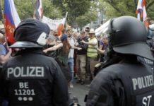 Auf der Querdenken-Demo in Berlin am 29. August 2020 greift eine Demonstrantin schlichtend zwischen Teilnehmenden und Polizei ein. Foto: ZDF / Leo Schmidt