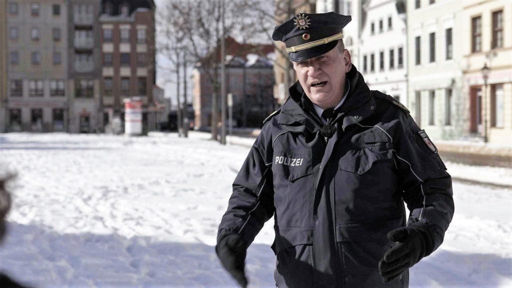 Sven Bogacz, Leiter der Polizeidirektion Brandenburg Süd, macht sich wegen der Aktivitäten der radikalen Rechten Sorgen um seine Stadt Cottbus. Foto: ZDF / Christian Trieloff