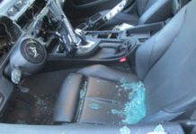 Die Täter*innen haben in Bergisch Gladbach in der Nacht das Lenkrad, das I-Drive-System, die Tachometereinheit und das Navigationssystem ausgebaut und gestohlen. Foto: Polizei RheinBerg