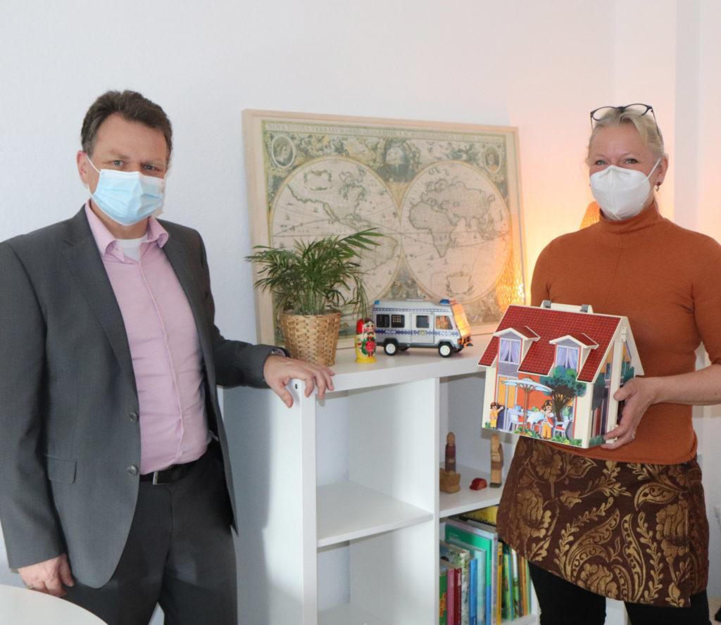 Dorothea Schauf von der Ärztlichen Kinderschutzambulanz nahm die Spende der Stadtsparkasse von Thomas Wingenbach entgegen. Foto: Stadtsparkasse Remscheid
