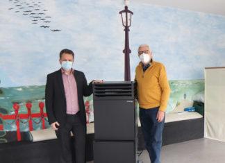 Kinderschutzbund Remscheid: Karl-Richard Ponsar zeigt Presserefernet Thomas Wingenbach den neuen Luftreiniger. Foto: Stadtsparkasse Remscheid