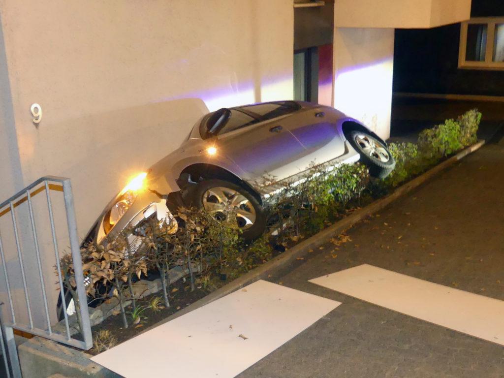 Gummersbach: Zwischen Hauswand und Gehweg eingekeilter Wagen. Foto: Polizei Oberberg