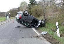 83-Jähriger überschlägt sich in Nümbrecht mit seinem Mercedes und landet auf dem Dach. Foto: Polizei Oberberg