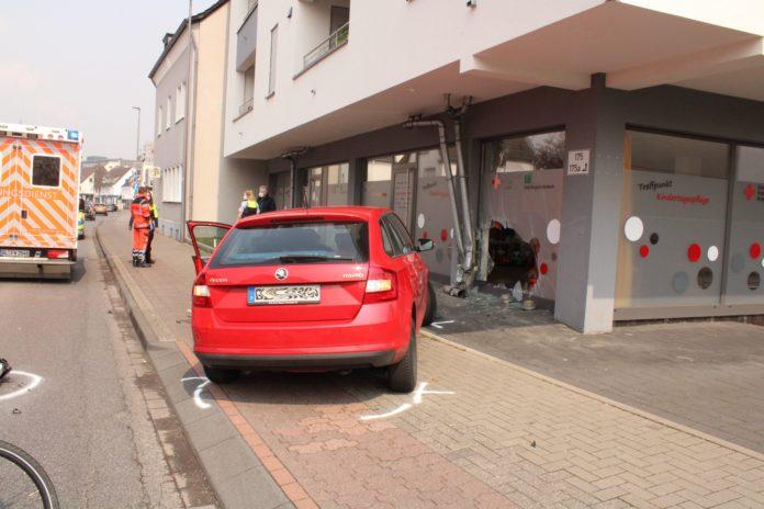 Unter dem Einfluss von Medikamenten raste eine Autofahrerin in Bergisch-Gladbach in einer Kindertagesstätte in der Besnberger Straße. Foto: Polizei RheinBerg