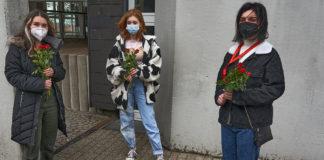Angelina Haksteter, Belinda Tillmanns und Arzum Arslan (v.l.) gedachten der Opfer. ©blg