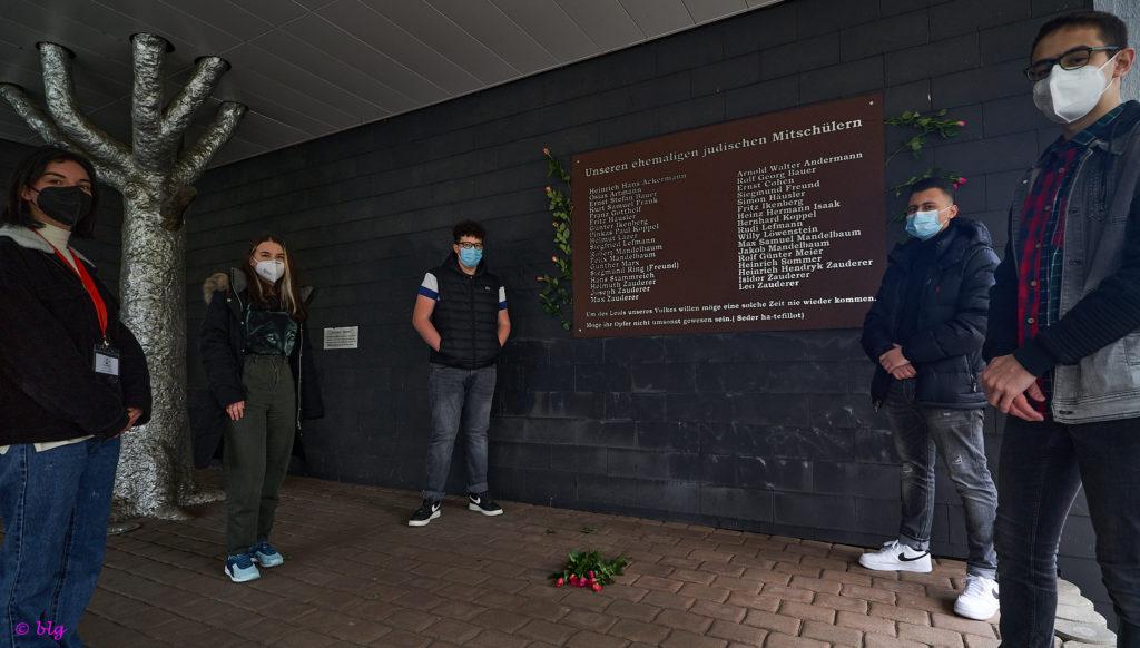 Gedenkstunde für die Opfer von Faschismus mit Arzum Arslan, Angelina Haksteter, Max Volk, Isa El Baouti und Yahya Ezz Edin (v.l.). ©blg