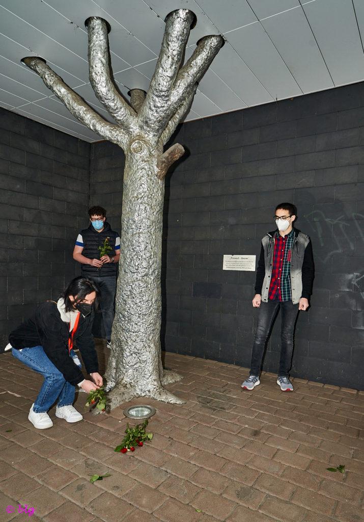 Legten am Tag der Befreiung vom Faschismus auch Blumen nieder: Arzum Arslan, Max Volk und Yahya Ezz Edin. ©blg