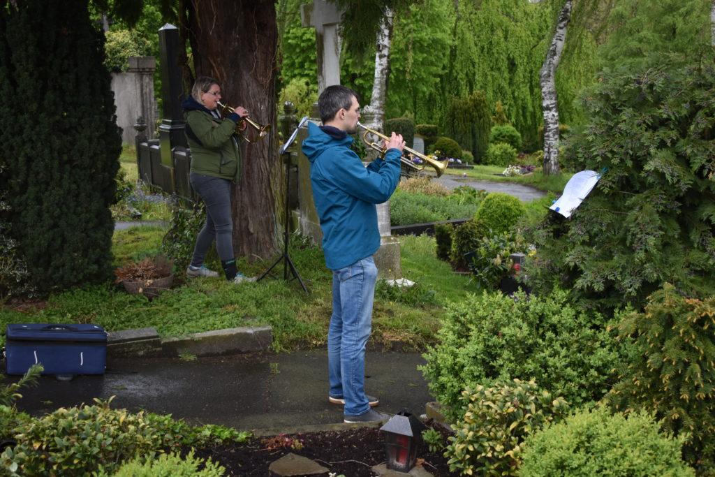 Auf dem evangelischen Friedhof waren die die musikalischen Beiträge am Besten und Klarsten zu hören, empfand Autor Peter Klohs. Im Bild: Ulrike Donner und Philipp Jeßberger. Foto: Peter Klohs
