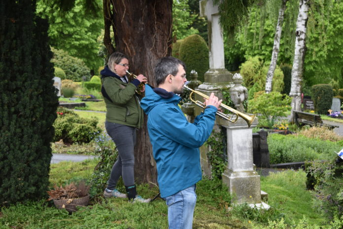 Urike Donner und Philipp Jeßberger trotzen dem Bergischen Wetter und spielen vom evangelischen Friedhof. Foto: Peter Klohs