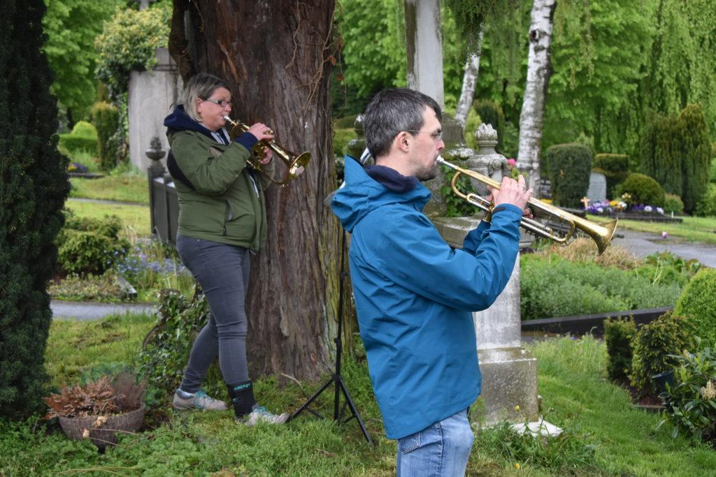 Urike Donner (Flügelhorn) und Philipp Jeßberger (Trompete) auf dem evangelischen Friedhof. Foto: Peter Klohs