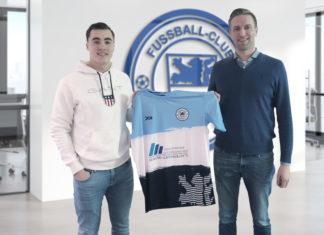 Kaderplanung des FC Remscheid: Daniel Saibert und Marcel Heinemann (v.l.) mit dem aktuellen Trikot. Foto: FC Remscheid
