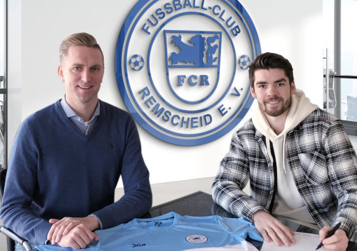 Vertragsunterzeichnung beim FC Remscheid: Marcel Heinemann (li.) begrüßt Dylan Oberlies im Kader. Foto: FC Remscheid