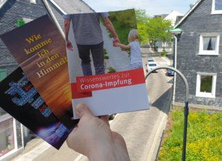 Bitte vernichten: Broschüren einer Desinformationskampagne religiöser Fundamentalisten. Foto: Sascha von Gerishem