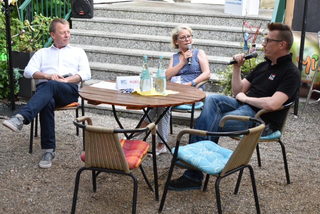 PubTalk mit Remscheids Oberbürgermeister Burkhard Mast-Weisz, Moderatorin Corinna Schlechtriem und Aktivist Sascha von Gerishem. Foto: Peter Klohs