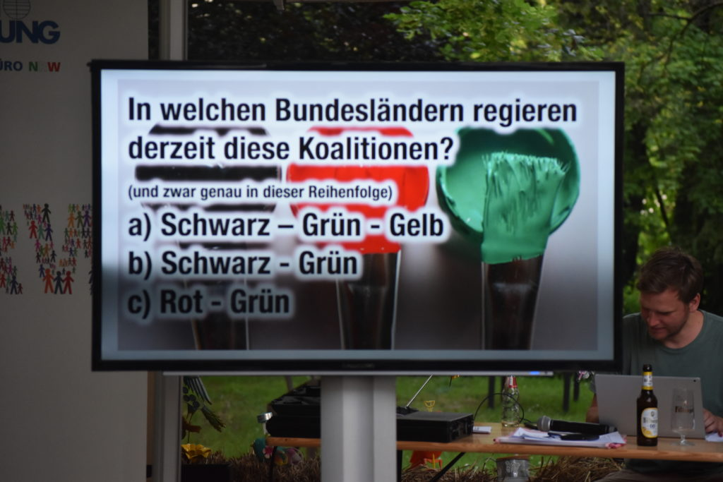 Die Quizfragen wurden auf einem großen Bildschirm präsentiert. Foto Peter Klohs