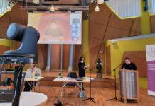 Pfarrerin Elke Mielke stellt die Kandidaten für verschiedene zu besetzende Ämter vor. Foto: Kirchenkreis Lennep / Volk
