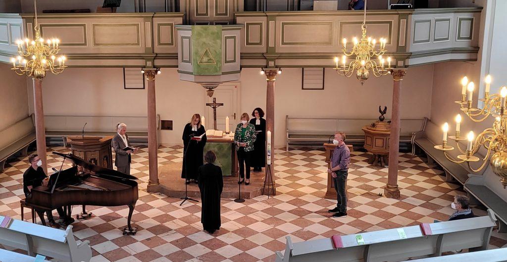 Amtseinführung von Pfarrerin Annette Schmid in der festlich erleuchteten Citykirche Remscheids. Foto: Kirchenkreis Lennep / Volk