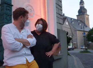 Steph Hoffmann begrüßt Tobias Dehler in der Jubiläumsausgabe von Kultur untereinander. Foto: Sascha von Gerishem