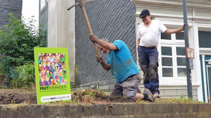 Mit Unterstützung aus der Nachbarschaft versucht Aliaba Topbas ein Gartenlokal im Dorf zu schaffen. Foto: Sascha von Gerishem