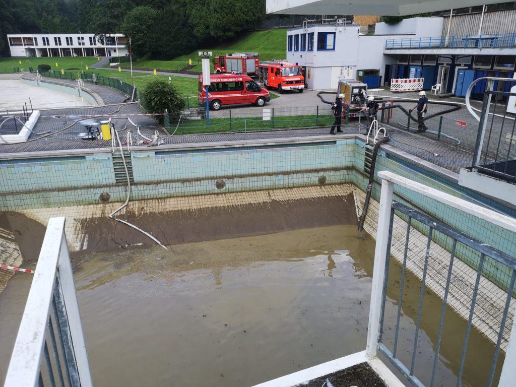 Mit Schmutzwasserpumpen wird das Freibad Eschbachtal vom Schlamm befreit. Foto: Feuerwehr Remscheid