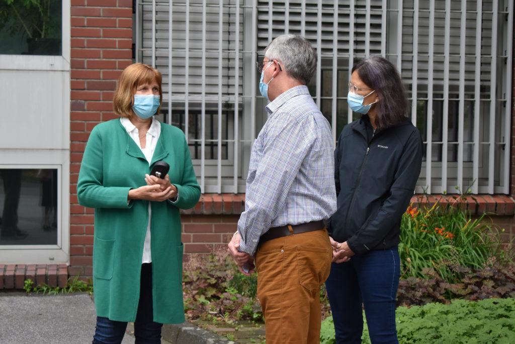 Im Gespräch: Katja Grafenweg, Leiterin der JVA mit Miriam und Peter Auwerda. Foto: Peter Klohs
