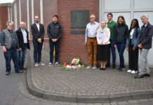Die komplette Besuchergruppe vor der Gedenktafel. Foto: Peter Klohs