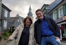 Theatermenschen im Gespräch: Steph Hoffmann begrüßt Sven Graf, den Künstlerischen Leiter vom Remscheider Teo Otto Theater. Foto: Sascha von Gerishem
